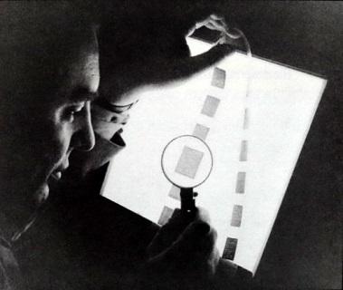 マイクロフィルムを見るユージン・ワイントラウブ