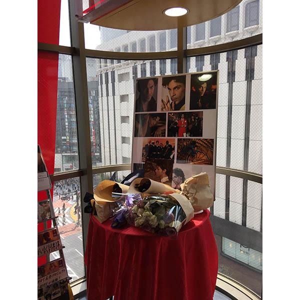 渋谷店6Fに設置された献花台